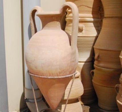 Minoan Anfora och urnor i terrakotta för medelhavsträdgård och trädgårdsdesign