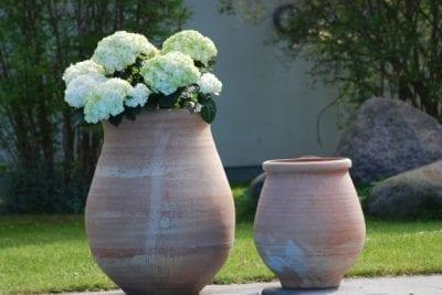 Stabil urna Tsaros stor handdrejad terrakottakruka frosttålig