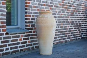 Bottle höga handdrejade frostsäkra urnor och kärl i terrakotta från KretaII