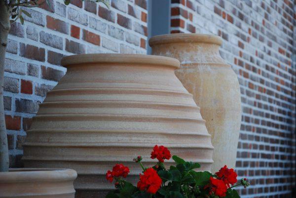 Bottle höga handdrejade urnor och kärl i terrakotta från Kreta hotelldesign interiordesign