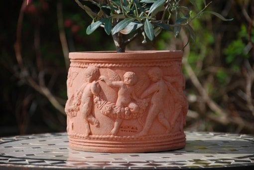 Italienska terracottakrukor Cylindro con putti snygga terrakottakrukor från Impruneta