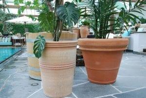 stora handgjorda Cadabra terrakottakrukor utekrukor och planteringskärl för poolmiljö