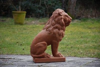Lejonstaty i handgjord italiensk terrakotta