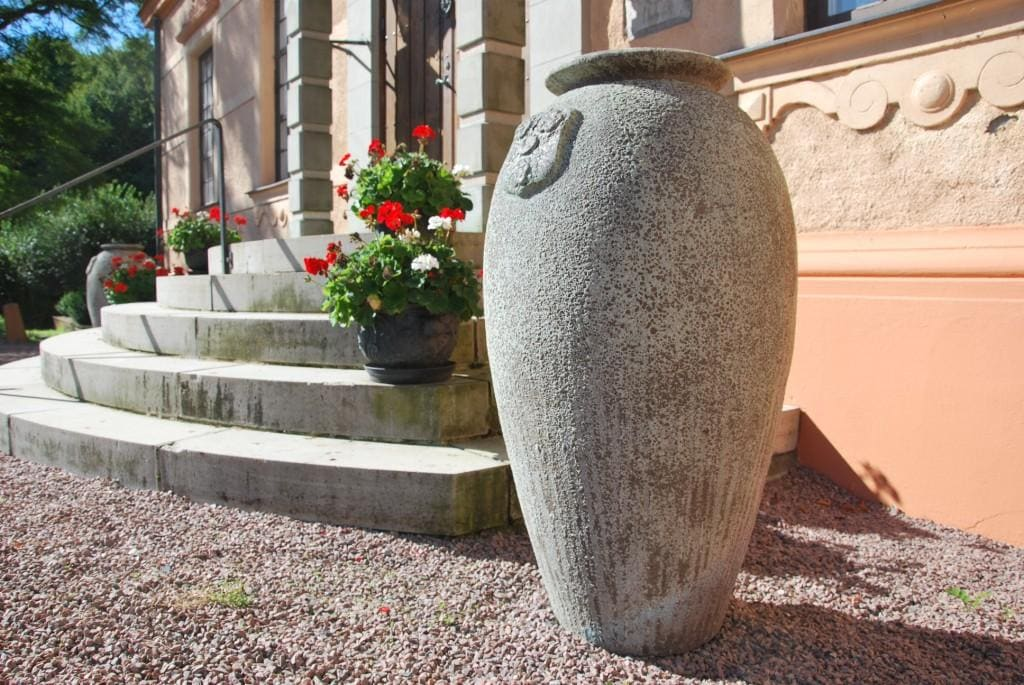 Trädgårdsdesign med stora entre urnor från Cadabra
