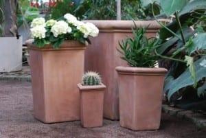 höga fyrkantiga pilone liscio terrakottakrukor i choco för trädgård utekrukor
