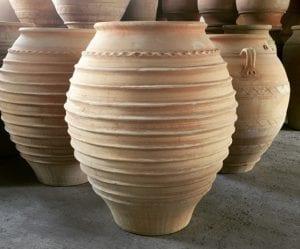 Koronios stora utekrukor och krukor i terrakotta för trädgården