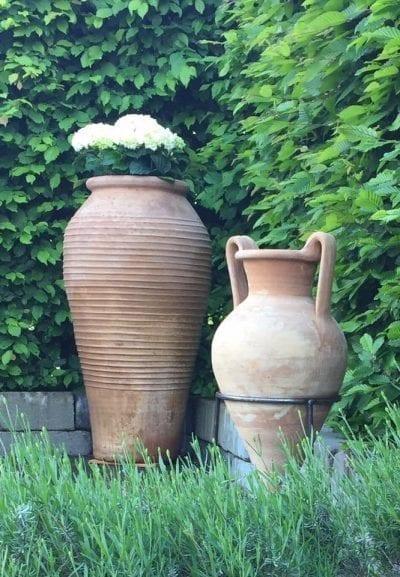 Mnoan amfora vacker trädgårdsdesign i terracotta och medelhavsträdgård