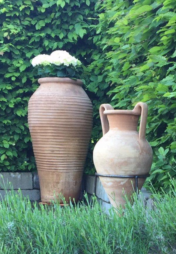 urnor labyrinth och minoan amfora vacker trädgårdsdesign i terracotta och medelhavsträdgård