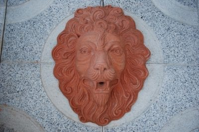 Vattenspel Italienskt lejon maschera leoneansikte av terracotta från Impruneta, Italien