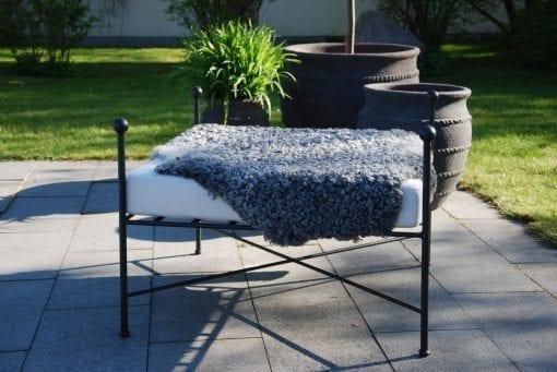Ottoman i smide som loungemöbel - Cadabra dyna i Sunbrella och Kelim