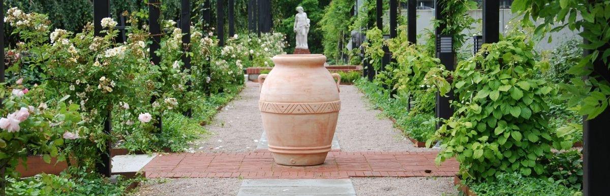 Trädgårdsdesign med stora terrakottakrukor från Cadabra Design