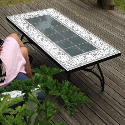 smidesbord med medelhavsmiljö utemöbler grått uteplatsen interior design