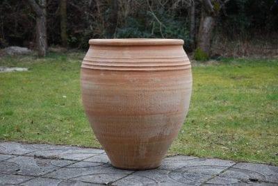 Taras stora urnor och krukor i handdrejad terrakotta