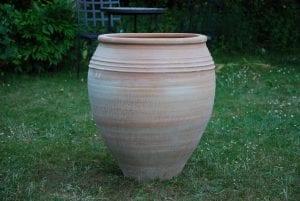 Taras stora urnor och krukor i frosttålig terrakotta från Kreta