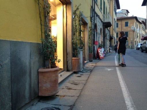 terracottakruka mot vagg vaso parete italien halvcirkelformad