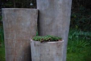 Vaso Cono Chocolate Lungo höga krukor i terrakotta för garden design och interior design