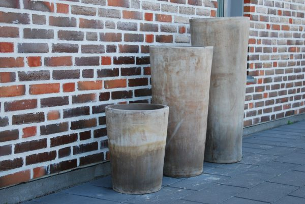 Vaso Cono Lungo Plain höga krukor i terrakotta gardendesign5