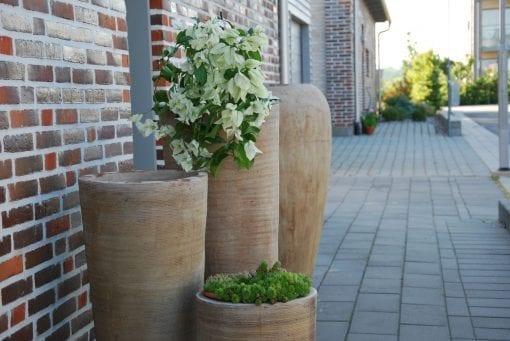 Vaso Cono Lungo Scratch höga krukor i terrakotta gardendesign