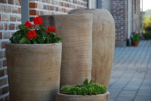 höga krukor lungo scratch utekrukor i terrakotta modern design interiordesign hotell