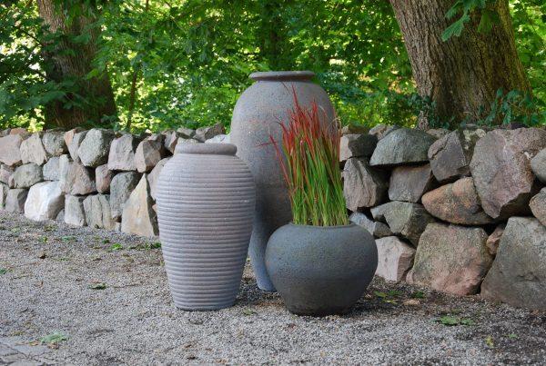 Olivo och Vecchio stora utekrukor och urnor i hårt bränt frosttåligt lergods