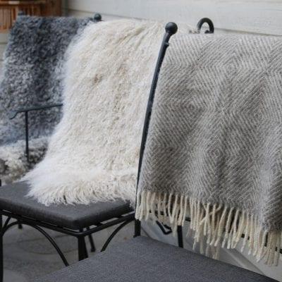 Lammskinn och ullplädar för smidesmöbler