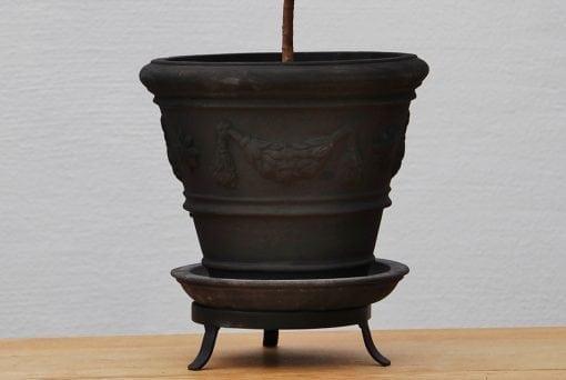 svart terrakottakruka med fat och tassring piccolo festonato kruka licorice