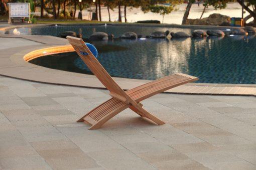 Solstolar teak Bali vilstol med nackkudde i sunbrellatyg perfekt vid poolen