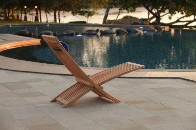 Solstol teak Bali vilstol med nackkudde i sunbrellatyg trueblue