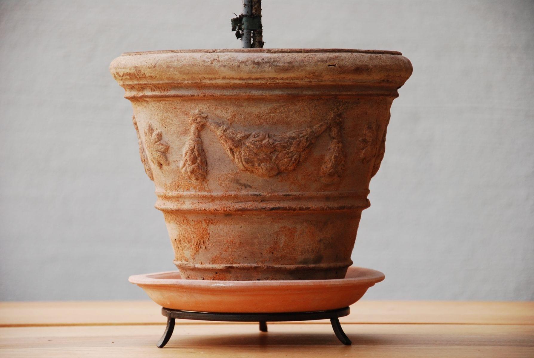 Terrakottakruka festonato piccolo med fat och tassring handgjord italiensk design